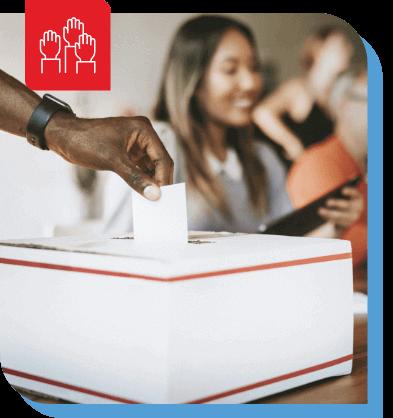 mano che immette la scheda elettorale nel centro di voto