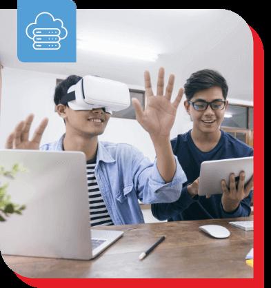 2 tecnici che utilizzano apparecchiature mobili e VR