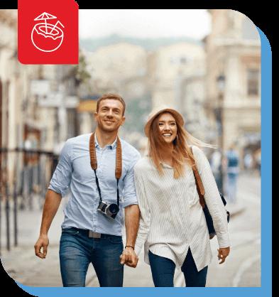 coppia mano nella mano con la macchina fotografica come turisti intorno a una città
